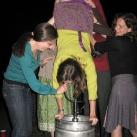 thumbs femme rituel biere 042 Les filles et le rituel populaire de la bière (101 photos)