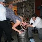 thumbs femme rituel biere 044 Les filles et le rituel populaire de la bière (101 photos)