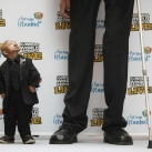 thumbs le plus grand et le plus petit homme du monde 003 Le plus petit homme face au plus grand du monde ! (10 photos)