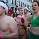 thumbs la course des peres noel en maillot de bain a boston 017 La course des Pères Noël en maillot de bain à Boston (19 photos)